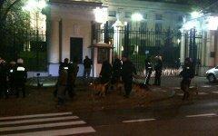 Нападение на посольство РФ в Варшаве. Фото пользователя Твиттера @J_Coval