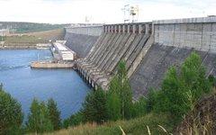 Плотина Усть-Илимской ГЭС. На переднем плане — слив. Фото с сайта wikimedia.org
