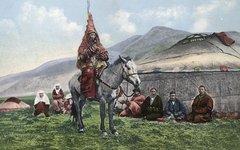 Женщина-казашка в свадебном наряде на лошади. Фото с сайта wikimedia.org