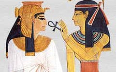 Хатхор вручает Нефертари Анх, символ вечной жизни. Фото с сайта wikimedia.org
