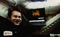 Астронавт с ноутбуком Compass. Фото: NASA