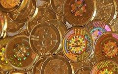 Металлические биткойн-монеты. Фото Mike Cauldwell с сайта wikimedia.org
