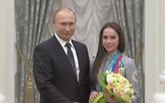 Владимир Путин и Алина Загитова. Стоп-кадр видео с сайта kremlin.ru