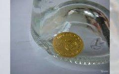 Бутылка из-под водки с серебряной монетой