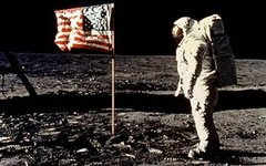 Астронавт Олдрин у флага