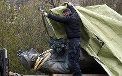 Демонтаж памятника советскому маршалу Ивану Коневу в Праге