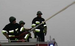 Бельгийские пожарные вышли на митинг с пожарными водометами