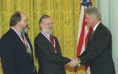 Клинтон вручает национальные медали в области технологии