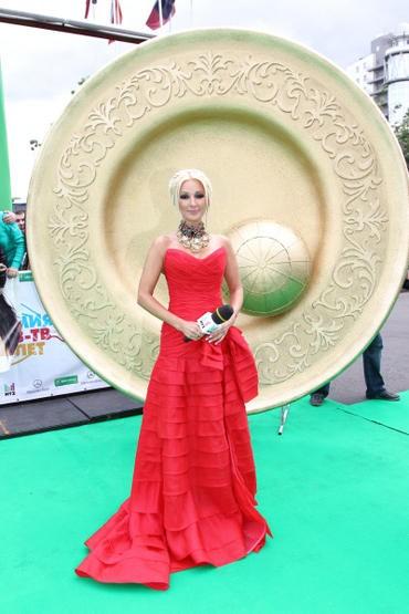 Лера Кудрявцева в платье с обнаженной спиной выступила в Кремле