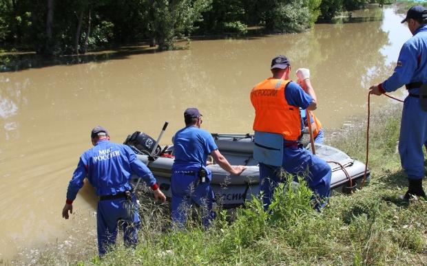 меня помощь в зону наводнения женщина